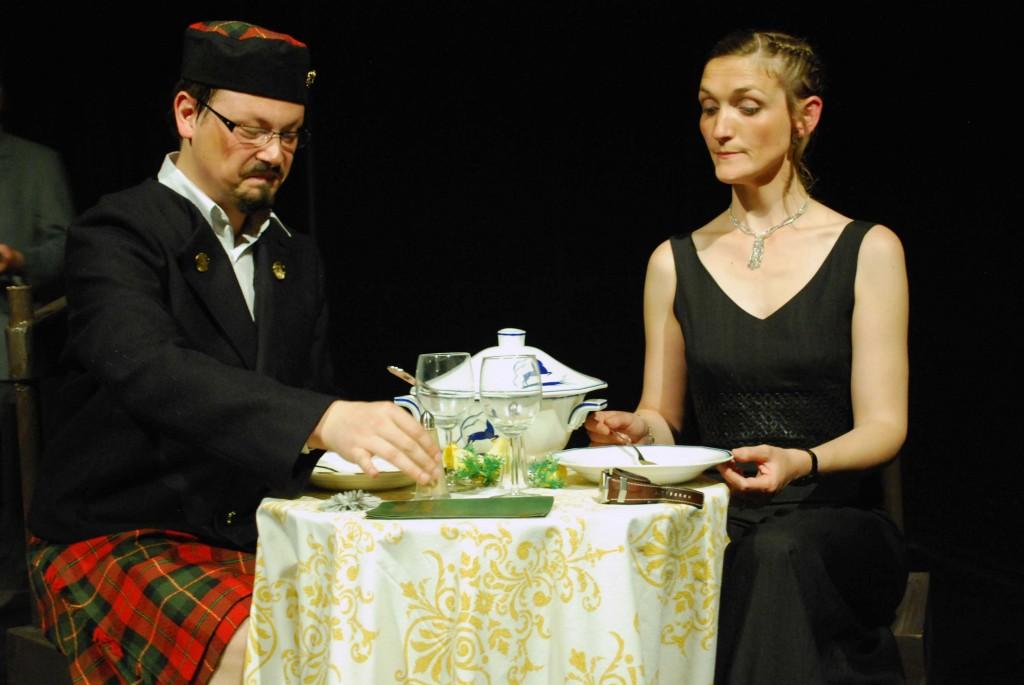 John (Xavier) et Lucy (Maud) lors de la scène culte des champignons dans Le noir te va si bien