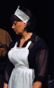 Catherine dans le rôle de Jennifer dans Le Noir te va si bien