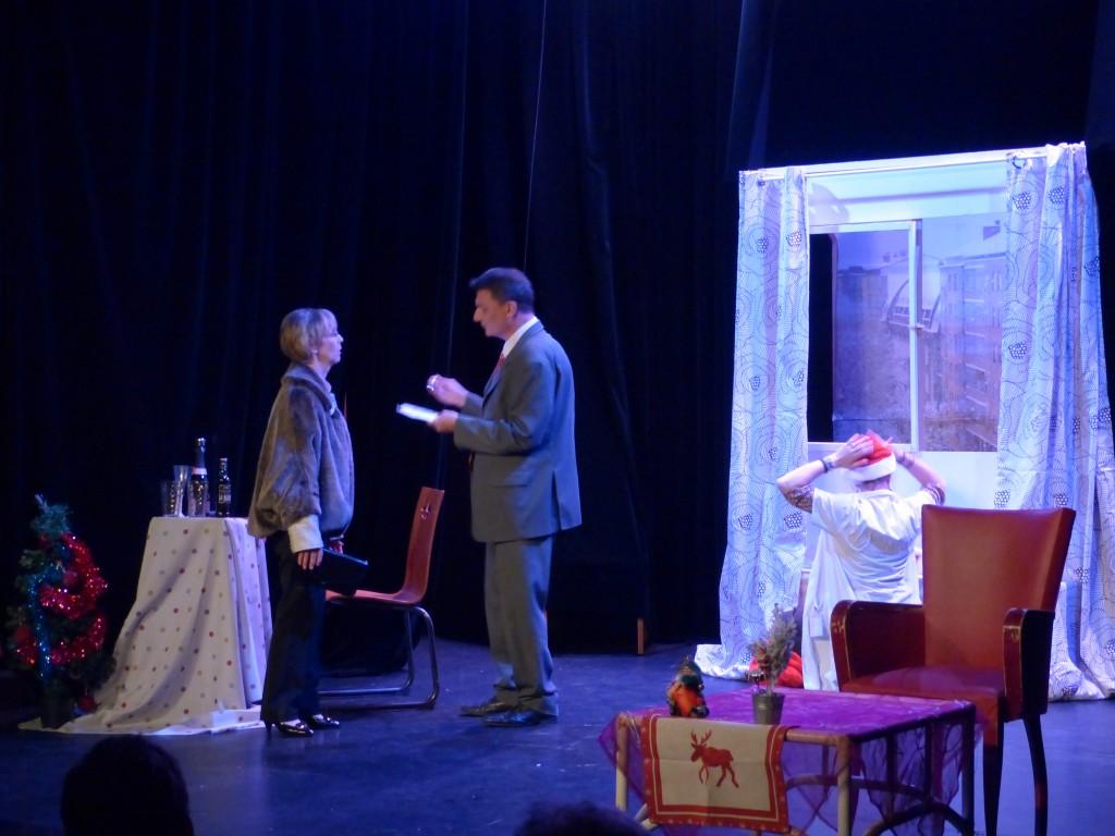 Hélène fait face à son mari Pierre, tandis que Lucie préfère se fondre dans le décors...